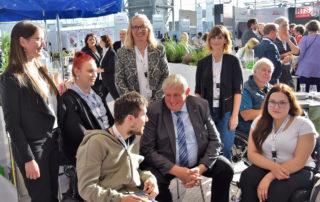 Laura Bianca Anschlag (BFW Oberhausen) (l.) bei dem gemeinsamen Termin mit Karl-Josef Laumann (Minister für Arbeit, Gesundheit und Soziales des Landes Nordrhein-Westfalen) (m. sitzend).